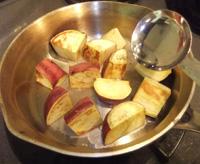 写真:さつまいもを裏返して、フライパンに大さじ2杯の水を加えて蓋をして、3分焼く